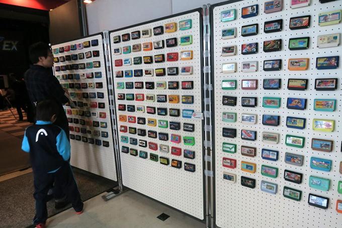 うぃっちたいむ!!3入口のファミコンカセット展示