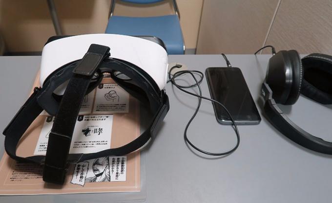 右からヘッドフォン、スマートフォン、VRゴーグル