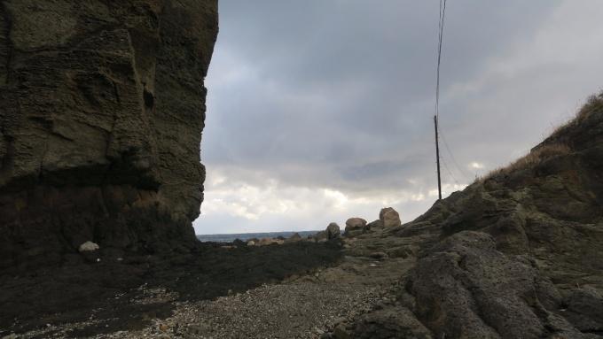 岩と岩の間を通る