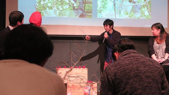 りんごの枝を説明する成田晃さん