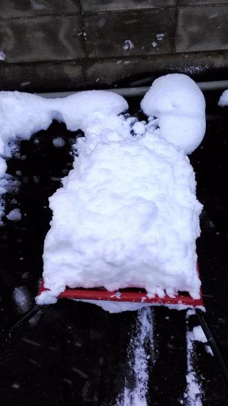 ママさんダンプで雪を寄せる