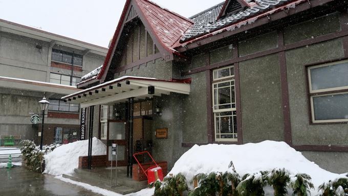 雪の中のスターバックスコーヒー弘前公園前店