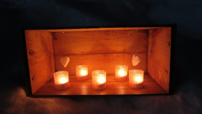 木箱に並ぶキャンドル