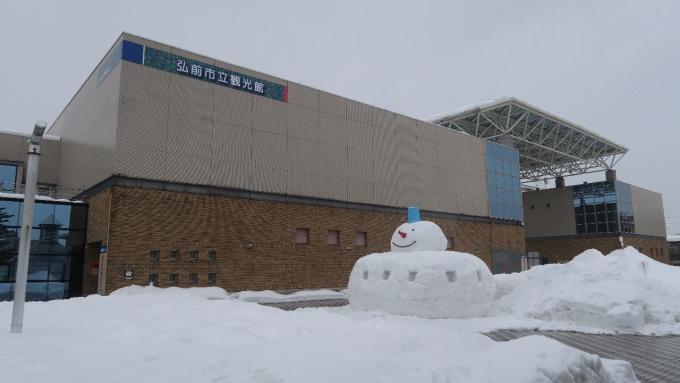 観光館前の追手門広場にもすべり台と雪だるまあります