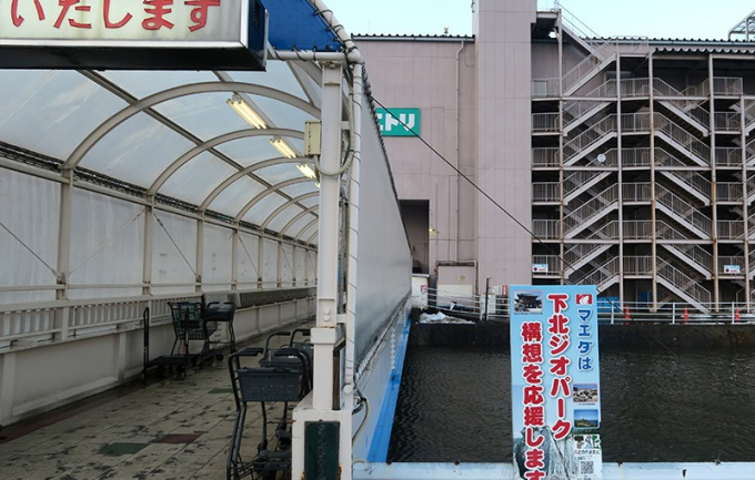 駐車場と店舗の間に田名部川