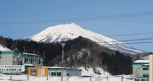 西目屋村中央公民館駐車場から見た岩木山