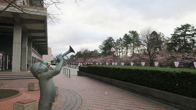 開花を告げる弘前市役所前のラッパ吹き
