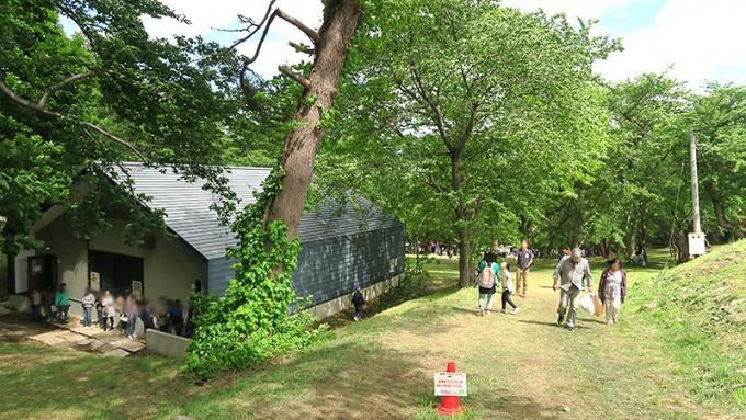 会場入り口の坂道、トイレに並ぶ行列
