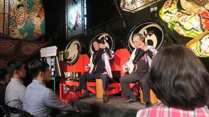 ねぷた村で津軽三味線の演奏を見る