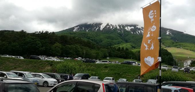 出発1時間30分後:満車の駐車場と雲をかぶる岩木山