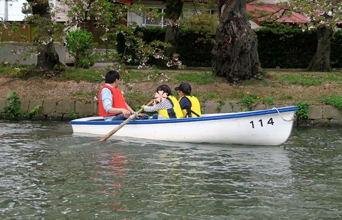 子どもたちが片方ずつこぐボート迷走中