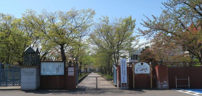 弘前学院大学正門前