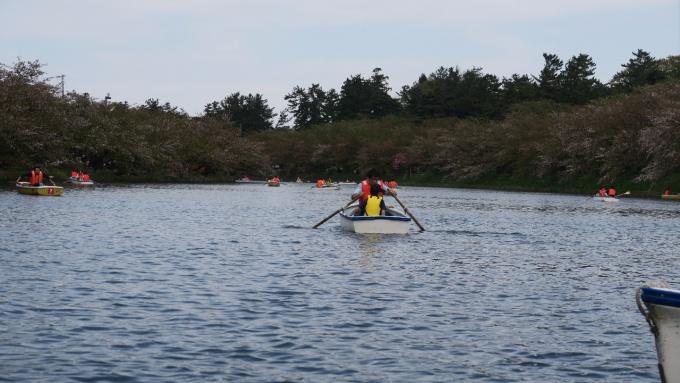 ボートに乗るダンナと子どもたち