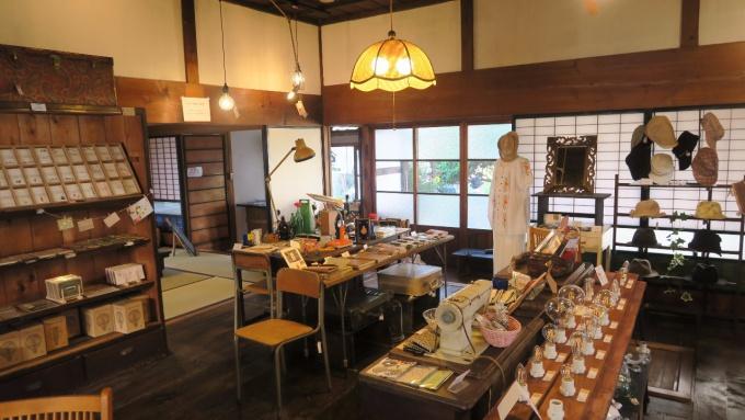 レトロな雑貨、家具が並ぶ売り場