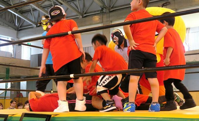 子どもたちに倒される大谷選手