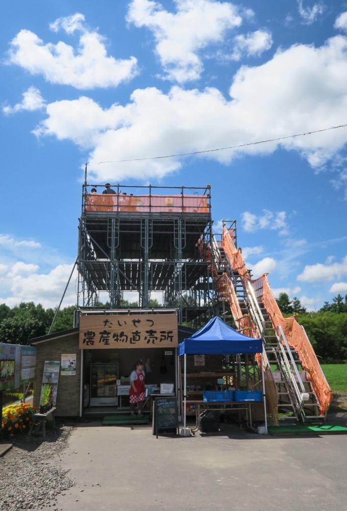鉄パイプで組まれた展望台と「たいせつ農産物直売所」