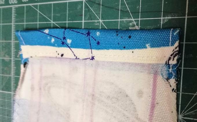 入れ口を1cm・1.5cmで三つ折りして下端を縫う