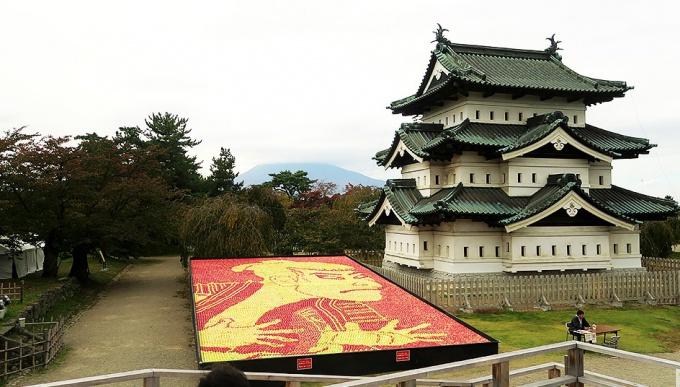 弘前城隣りのりんごアート