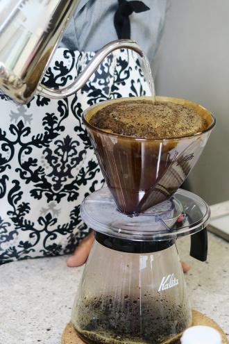 ふっくらと盛り上がるコーヒー