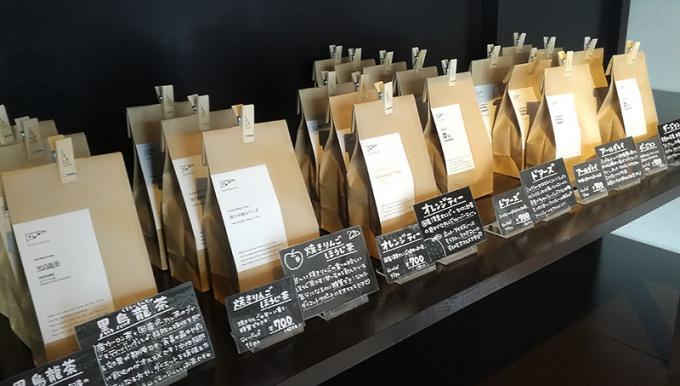 青森市・コノハト茶葉店のお茶が並ぶ