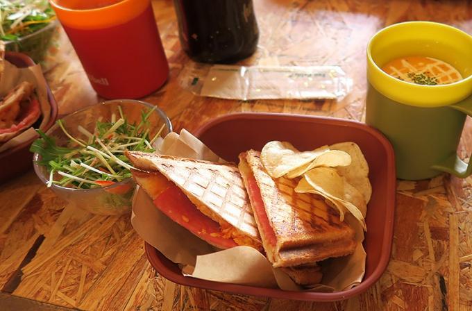 ハムタマゴチーズサンドと深浦にんじんのポタージュ