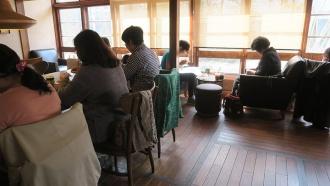 中央のテーブルと奥の窓側席