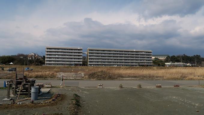 看板と反対側に建つ大きな集合住宅