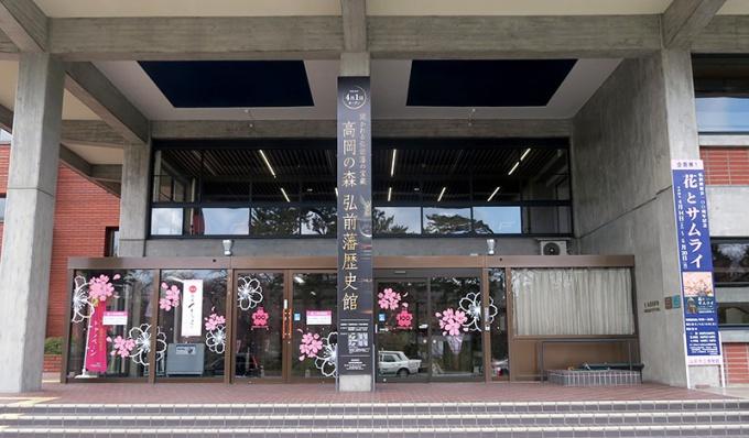 弘前市役所玄関も桜もよう