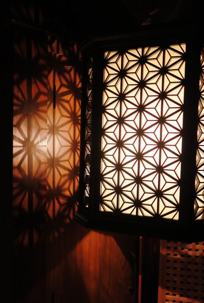 麻の葉模様が壁に映る