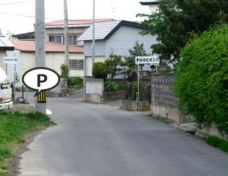 左が駐車場、右がギャラリー