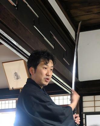 日本刀を説明する小山さん