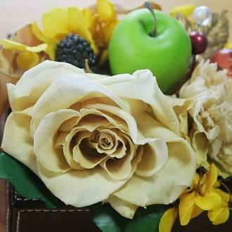 テーブルに飾られれたお花とりんご