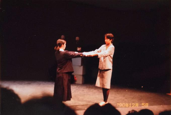 劇「白い線路」より。卒業証書を渡す担任役でした