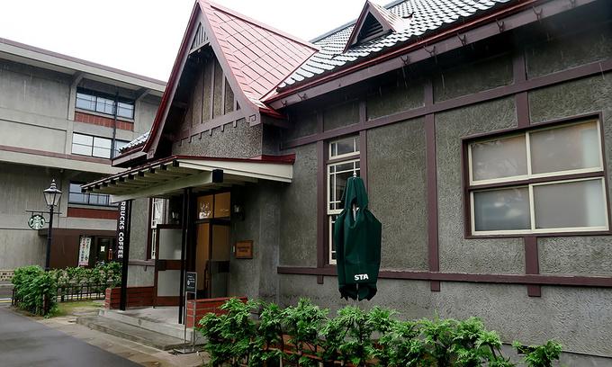 2018年7月23日の雨に濡れるスターバックス弘前公園前店