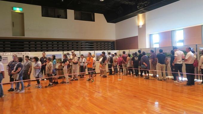 文化センターホールで展示パネルを見ながら並びます