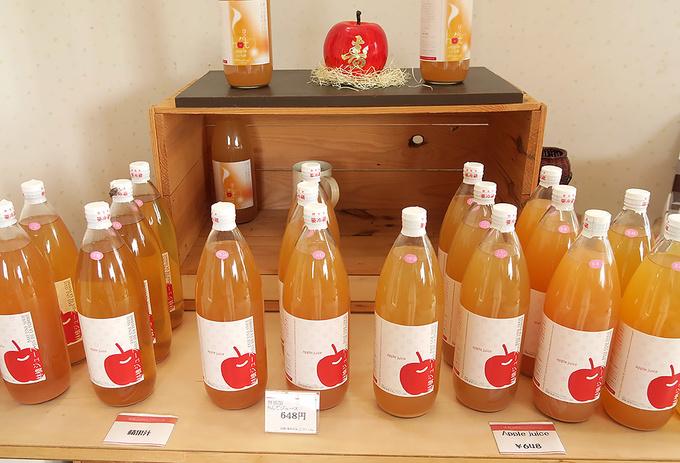 千秋、ふじ、つがる、シナノスイート、とき…数々のりんごジュースが並ぶ