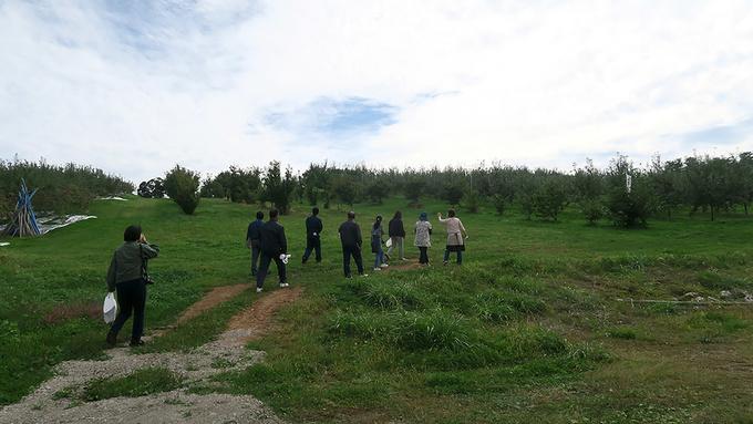 園地をのぼっていく参加者たち