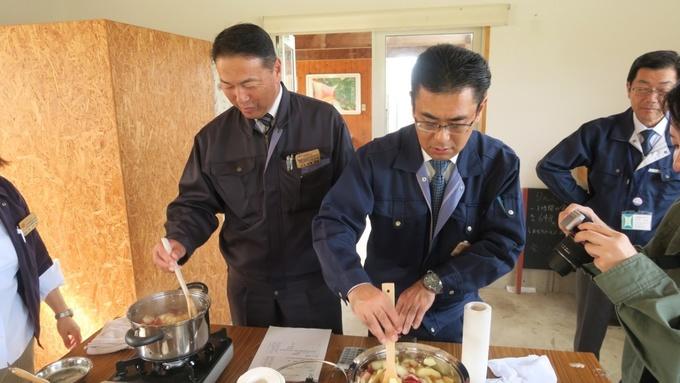 リンゴを煮詰める青森県庁職員さん