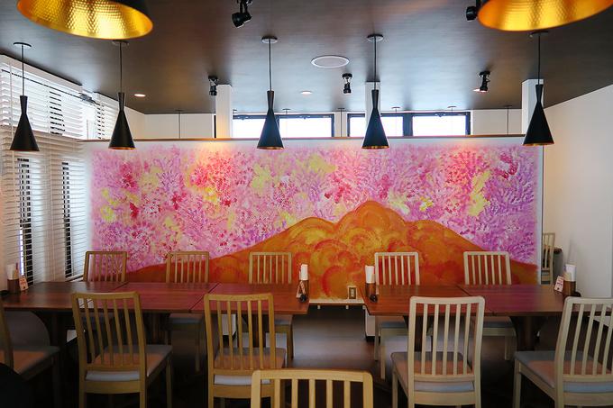 赤い岩木山の絵がドーン!とある店内