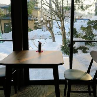 雪景色を眺める窓側の席