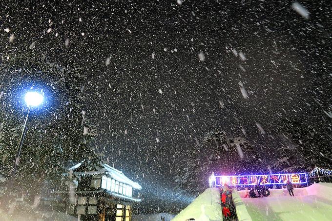 降りしきる雪の中をチューブすべり