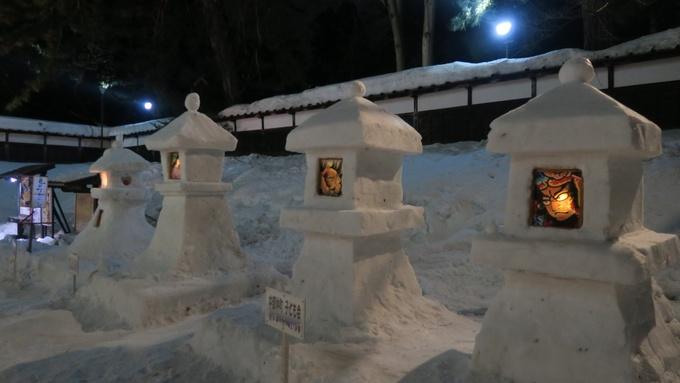 弘前城雪灯籠祭り会場に並ぶ雪燈籠