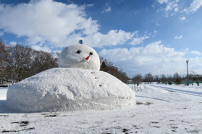 球場入口前の巨大雪だるま