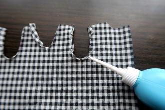 4:えりぐり、そでぐりを折って貼る