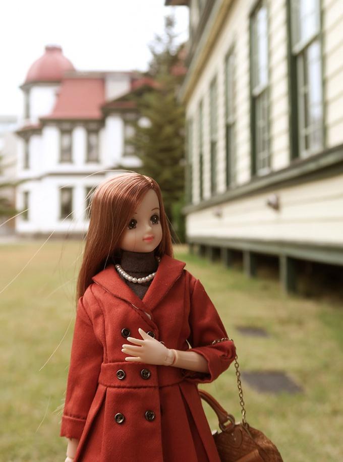旧東奥義塾外人教師館の裏を散歩するジェニー