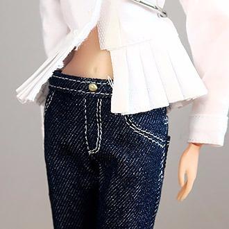 プリーツ裾のシャツとデニムパンツ