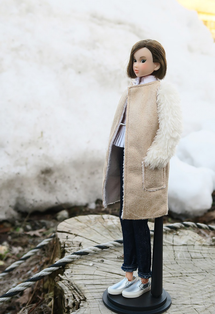 雪の壁をながめるmomoko