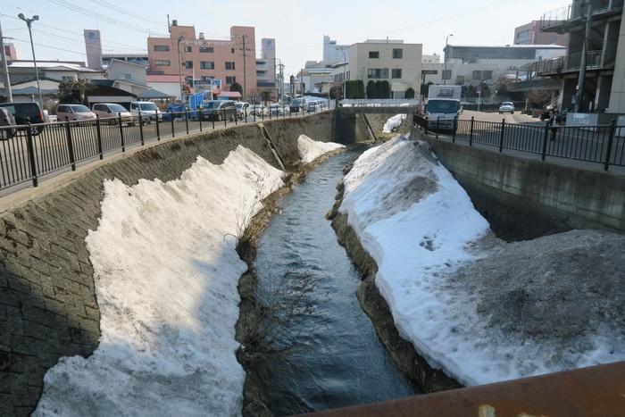 雪どけ水が流れる土淵川