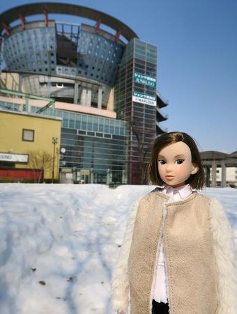 蓬莱橋広場に立つmomoko