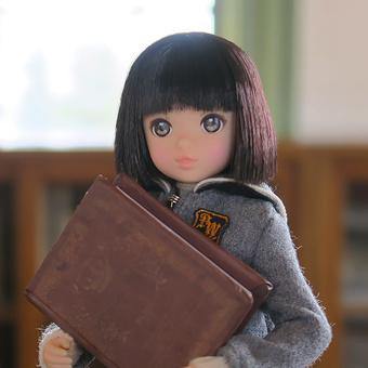 大きな本を抱えるruruko
